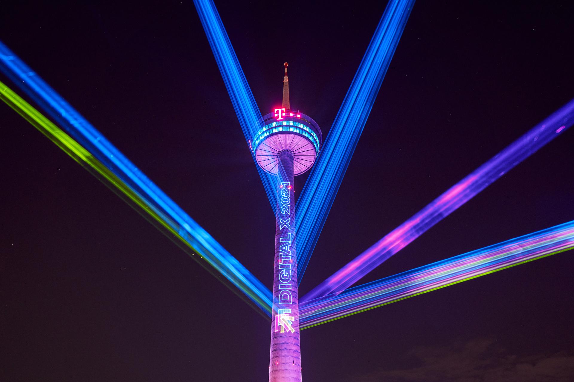 Projektion am Colonius (Fotos: Deutsche Telekom)
